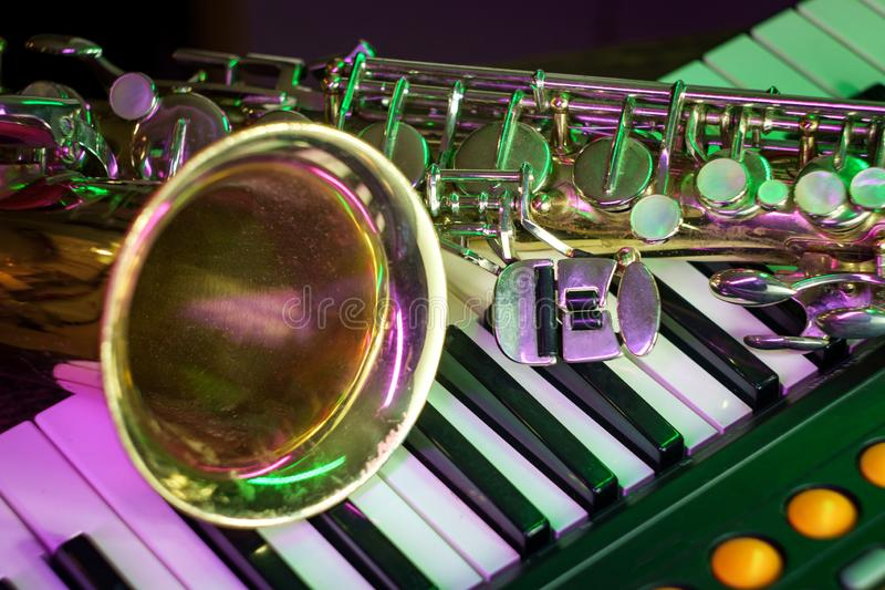 Gammalt saxofonpianotangentbord royaltyfri fotografi