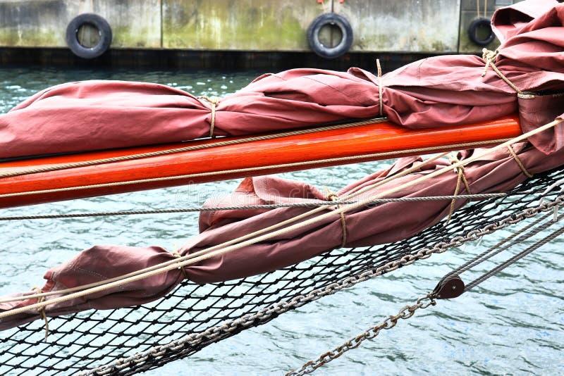 Gammalt segelb?tmast och rep p? porten av Kiel p? en solig dag royaltyfri fotografi