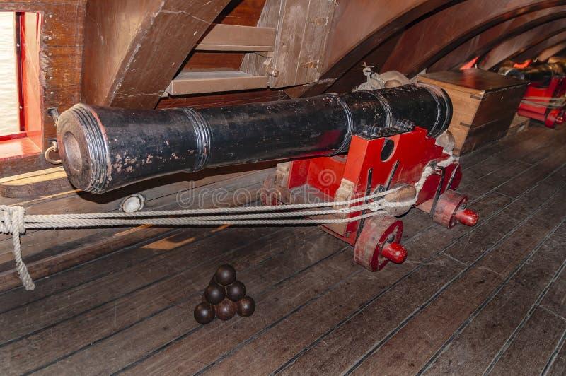 Gammalt segla lägre däck för skeppkanoner royaltyfria foton