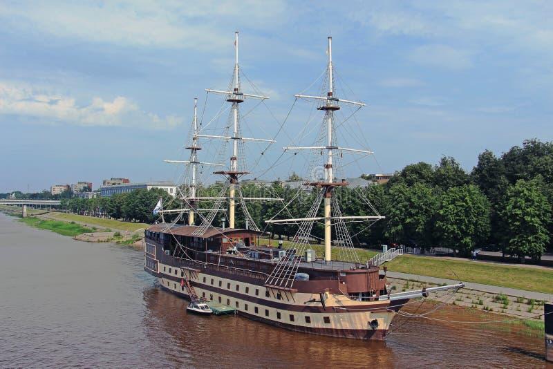 Gammalt seglingskepp på pir royaltyfri fotografi