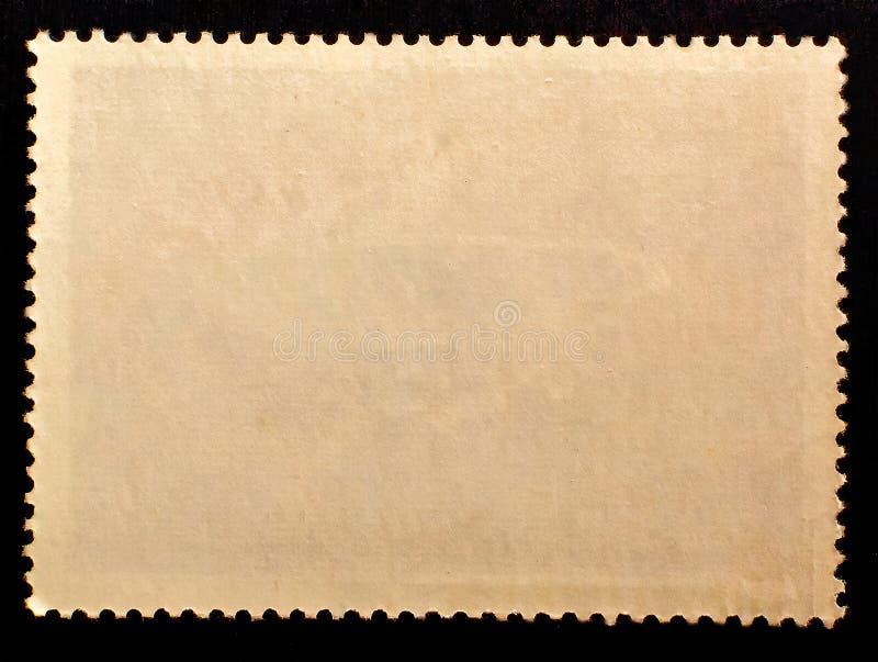 Gammalt sida för stämpel för grungetextur som papper postad omvänd isoleras på svart bakgrund kopiera avstånd royaltyfri bild