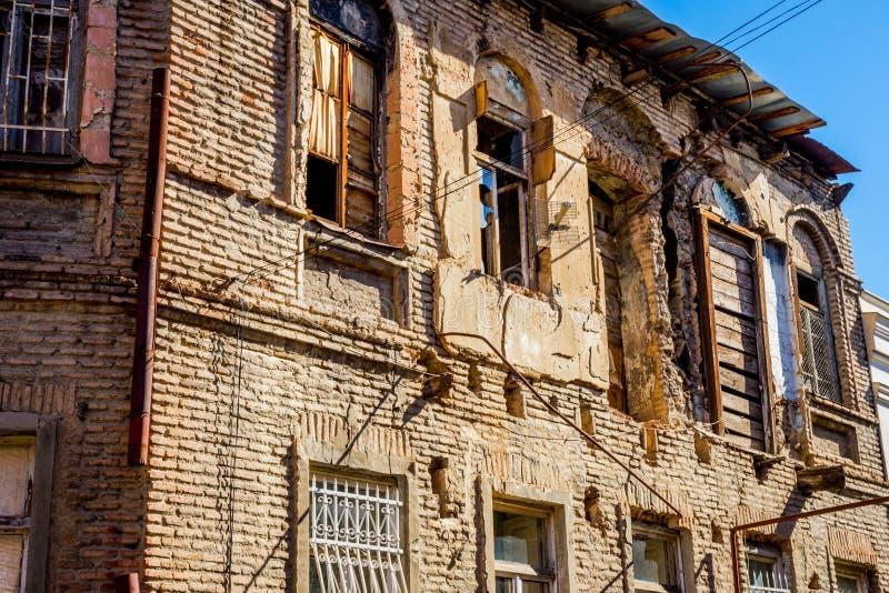 Gammalt skadat hus, Tbilisi gammal stad arkivfoto