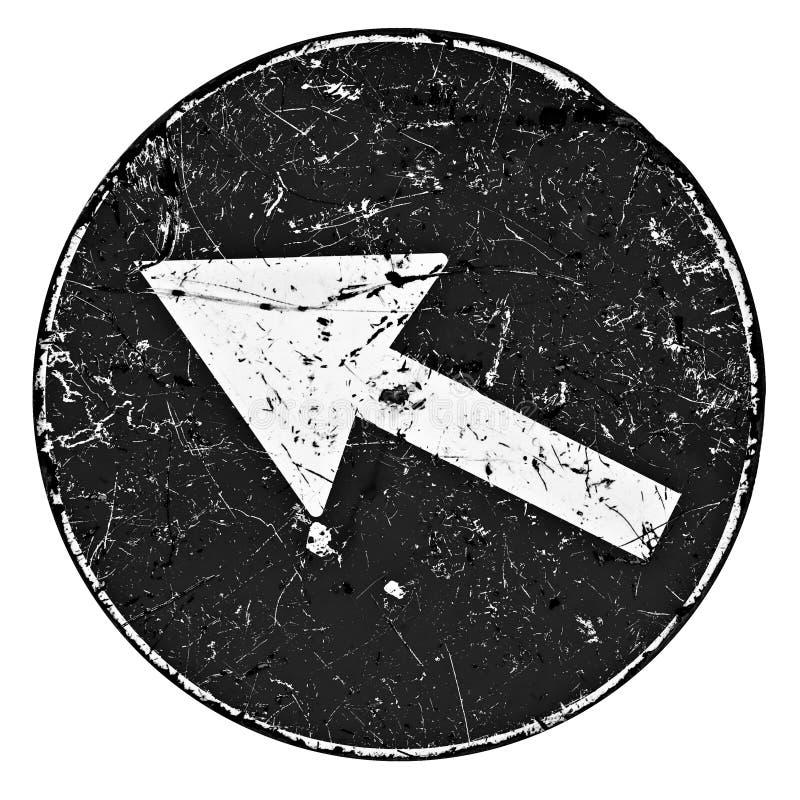 Gammalt skadat och skrapat metallvägmärke med den vita pilen på mörk bakgrund - begreppsbild arkivfoton