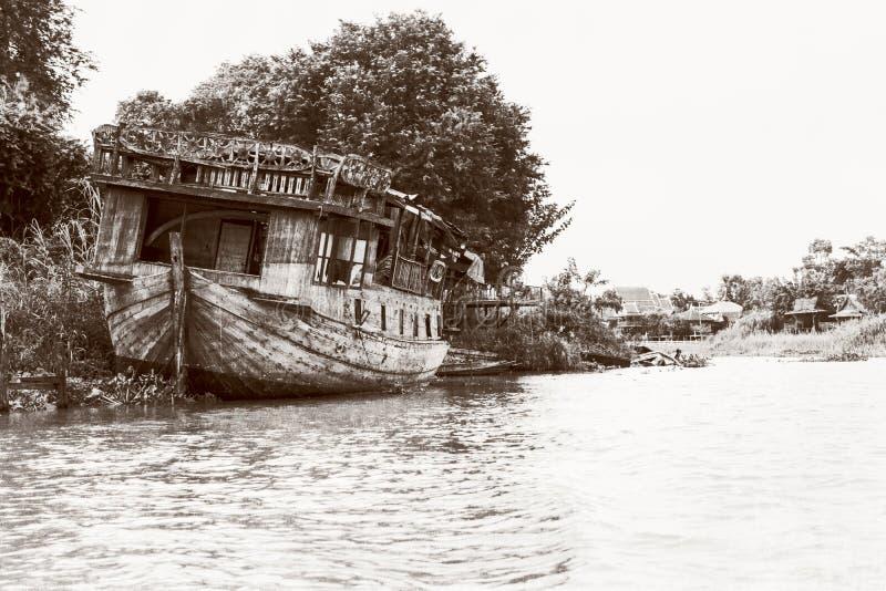 Gammalt skadat träfartyg för tappningstil arkivfoton