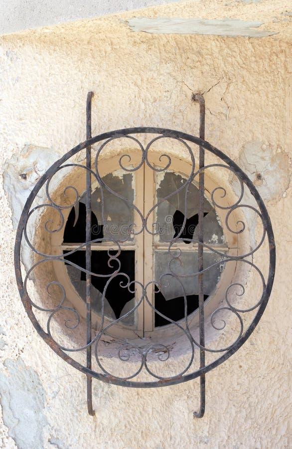 gammalt slagit fönster royaltyfri foto