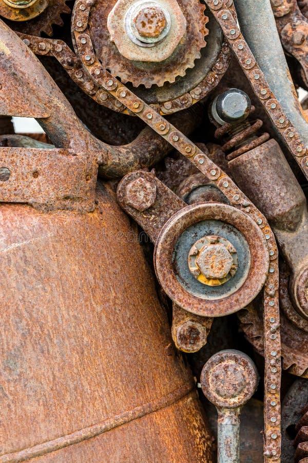 Gammalt slitet ut rostigt kugghjulhjul och tandhjul arkivbild