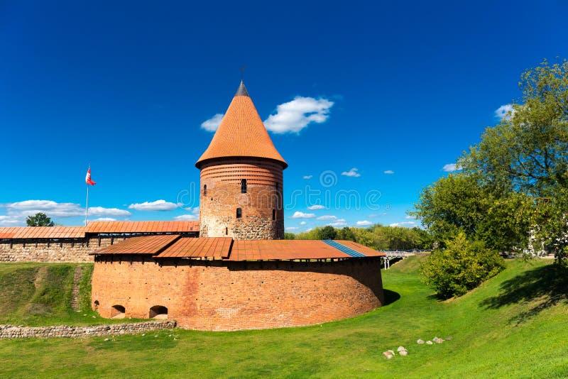 Gammalt slotttorn i Kaunas Litauen arkivbilder