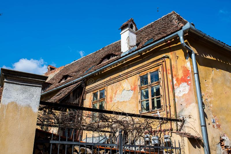 Gammalt smula tegelstenhus på de medeltida gatorna fotografering för bildbyråer