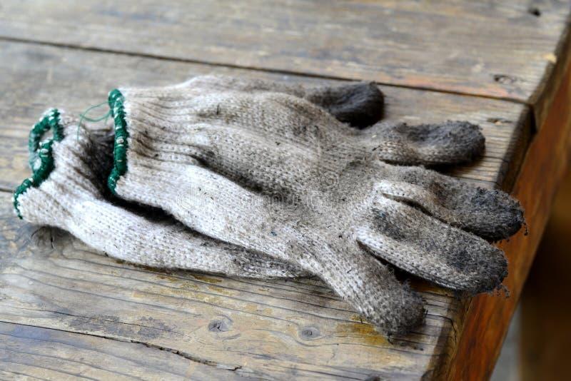 Gammalt smutsa ner handskar fotografering för bildbyråer