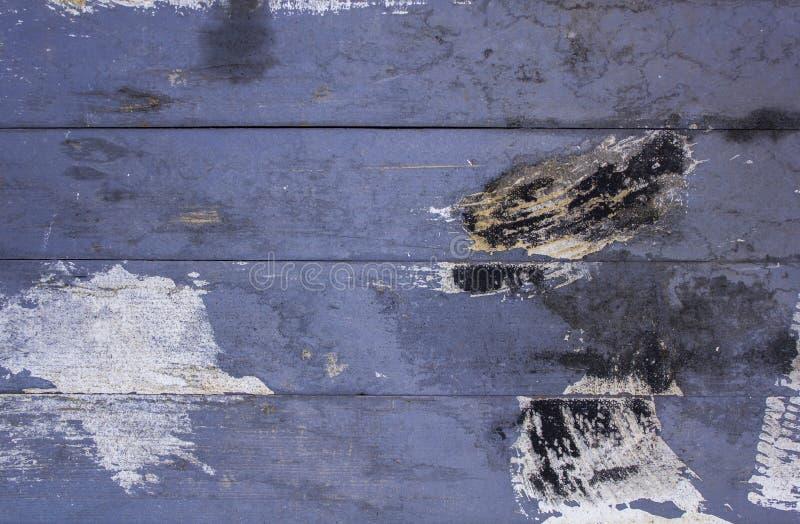 Gammalt smutsigt bl?tt gr?tt staket fr?n tr?br?den med skrapor och fl?ckar av svart vit m?larf?rg Horisontal fodrar ungef?rlig yt arkivbilder