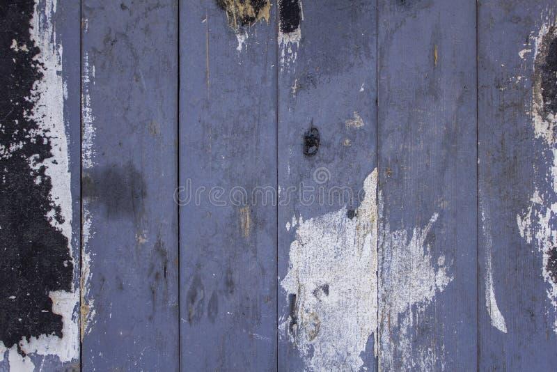 Gammalt smutsigt bl?tt gr?tt staket fr?n tr?br?den med skrapor och fl?ckar av svart vit m?larf?rg lines vertical Textur f?r grov  fotografering för bildbyråer