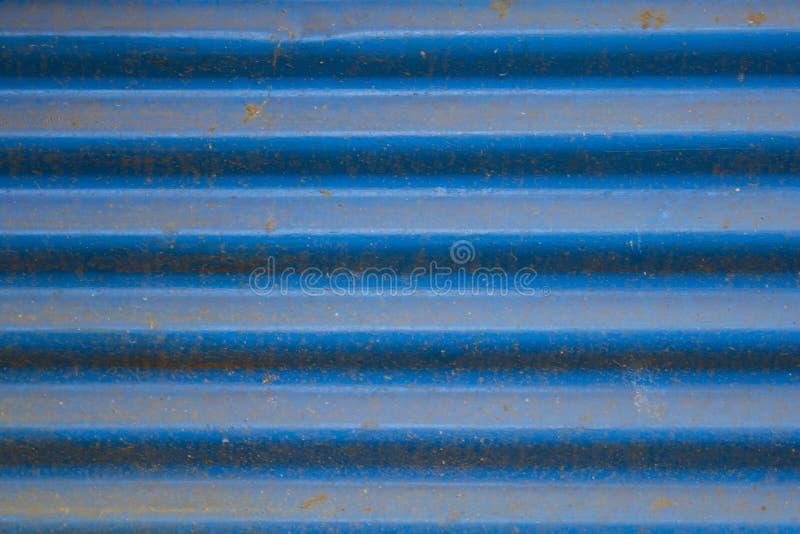 Gammalt smutsigt blått korrugerat metallark med grov texturtextur för rost arkivfoto