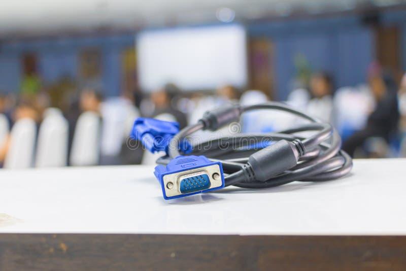 Gammalt smutsigt kontaktdon för VGA techkabel av datoren på för suddighetsmötesrum för tabell vit bakgrund royaltyfri foto