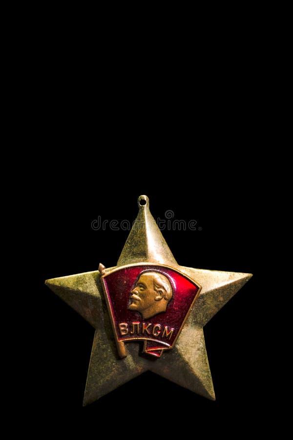 Gammalt sovjetiskt emblem på en svart bakgrund, isolat royaltyfri fotografi