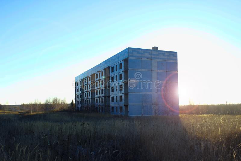 Gammalt sovjetiskt oavslutat ensamt hus i fältet royaltyfri bild
