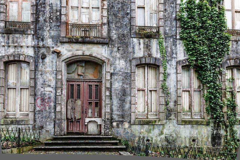 Gammalt spökat hus i Sintra nära Lisbon royaltyfri fotografi