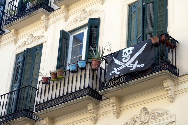 Gammalt spanskt hus med stuckatur- och smidesjärnbalkonger royaltyfria foton
