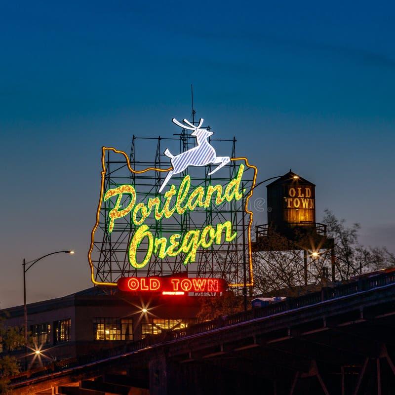 Gammalt stadPortland Oregon neon undertecknar in Portland, Oregon royaltyfria foton