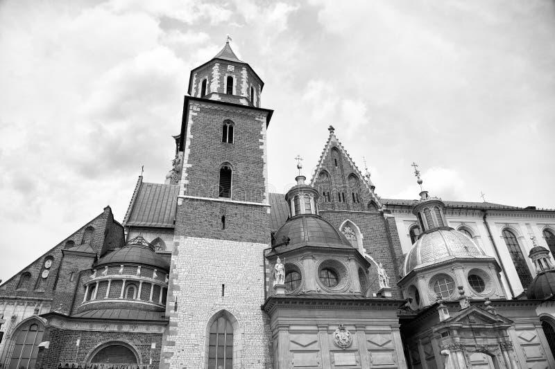 Gammalt stadsarkitekturbegrepp Tornklockstapel med kyrktorn i Krakow Arkitektoniskt arv Gammal eller forntida kyrka eller royaltyfri bild