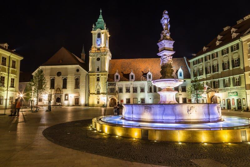 Gammalt stadshus i Bratislava, Slovakien på natten royaltyfri foto