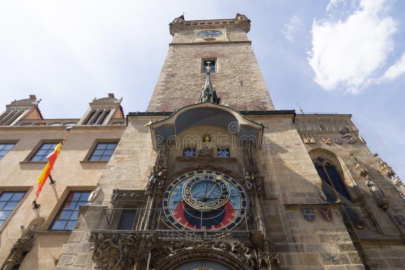 Gammalt stadshus med den astronomiska klockan mot en blå himmel arkivfoto