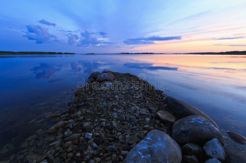 Gammalt stena bryggan på det baltiska havet i Estland royaltyfria foton