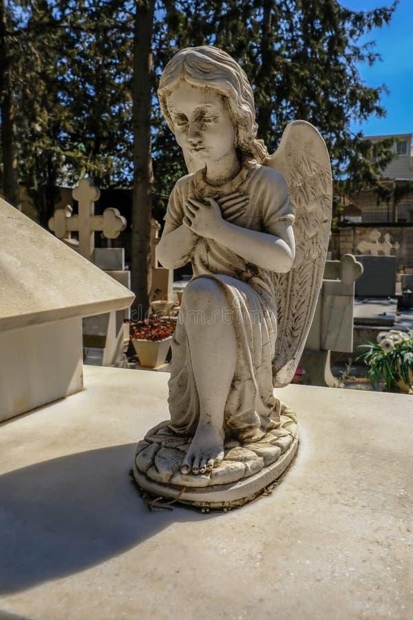 Gammalt stena statyn av en ängel royaltyfri bild