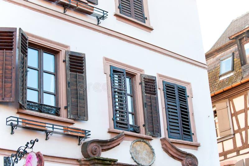 Gammalt stenhus för fransk provencal stil med träslutare royaltyfria bilder