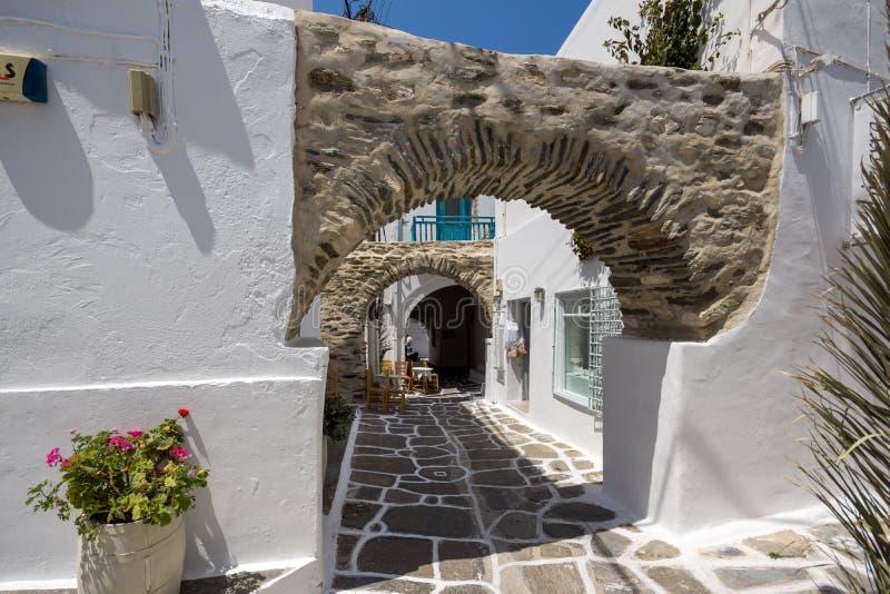 Gammalt stenhus i den Naoussa staden, Paros ö, Grekland arkivbilder