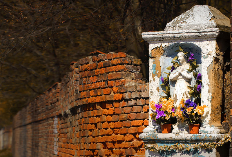 Gammalt stenkapell, tegelstenvägg, höst, kulört landslandskap, idyllisk bakgrund arkivbild