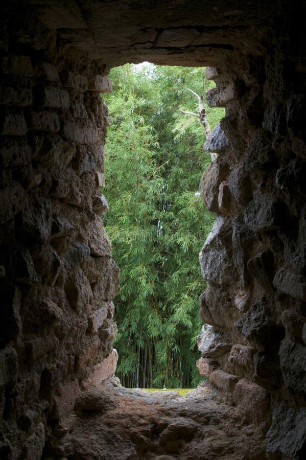 gammalt stenväggfönster arkivfoton