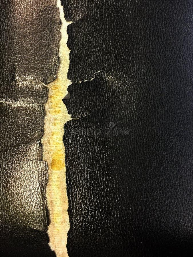 Gammalt stoppade stolar för svart läder arkivbilder