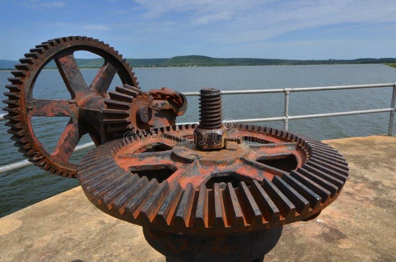Gammalt stort stål förser med kuggar för roterande på dammluckan av behållaren i Thailand royaltyfri foto