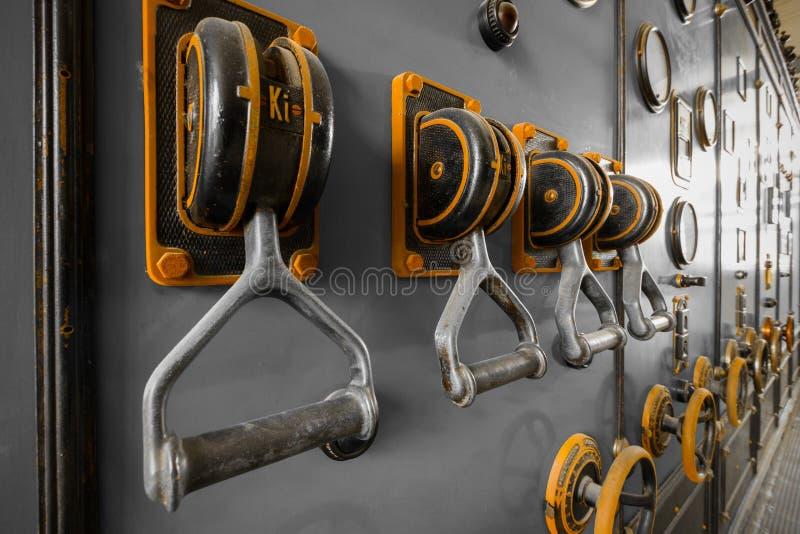 Gammalt strömbrytareskåp för industriell elektronik fotografering för bildbyråer