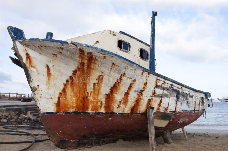 gammalt strandfartyg arkivfoton