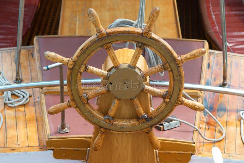 gammalt styrningshjul för fartyg royaltyfri foto