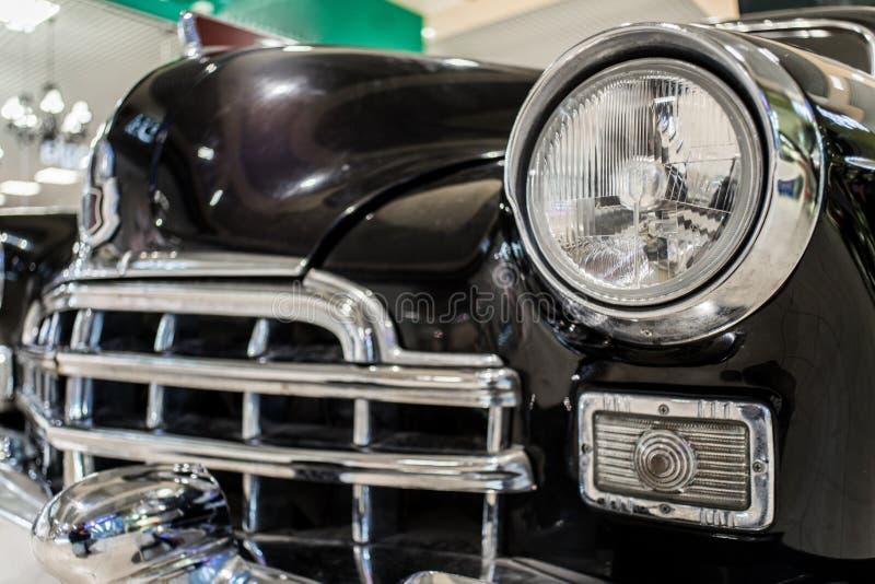 Gammalt svart bilslut upp med skyddsgallret royaltyfri foto
