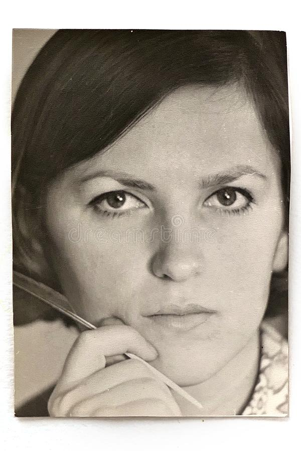 Gammalt svartvitt foto av den unga kvinnan fotografering för bildbyråer