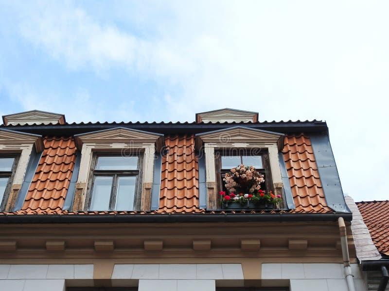 Gammalt taklägga och fönster arkivbilder