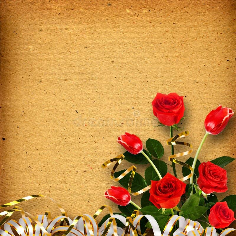 Gammalt tappningalbum för foto med en bukett av röda rosor arkivbild