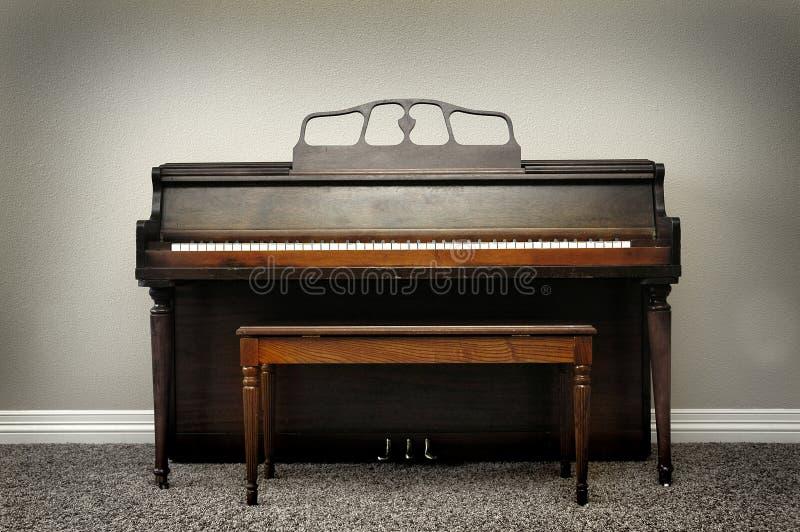 Gammalt tappningpiano i hem med Rich Wood Tones royaltyfria foton