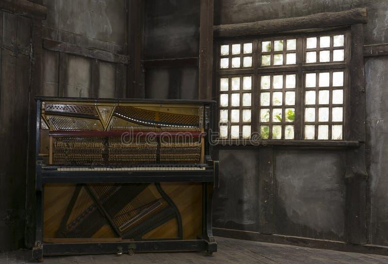 Gammalt tappningrum med pianot royaltyfri bild