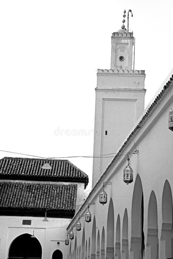 gammalt tegelstentorn i den Marocko africa byn och himlen arkivbilder
