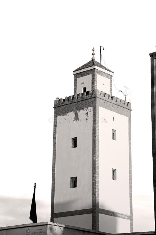 gammalt tegelstentorn i den Marocko africa byn och himlen royaltyfria bilder