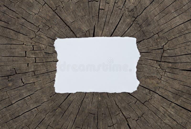 Gammalt texturerat pappers- ark på en mörk wood tabell horisontalmodell royaltyfria foton