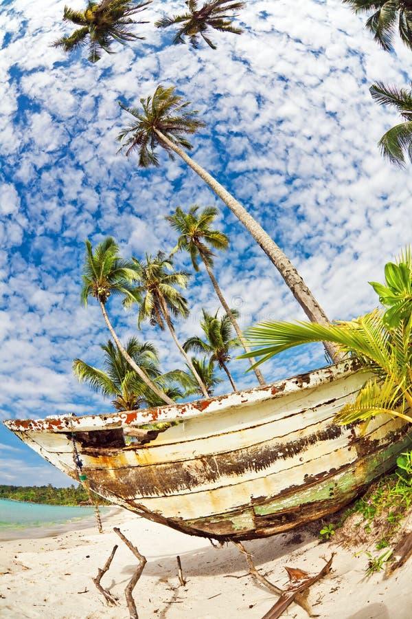 Gammalt thailändskt fartyg på stranden arkivfoton