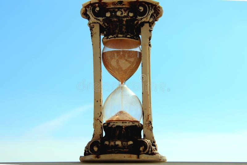 Gammalt timglas i mitten av den blåa himlen royaltyfri bild
