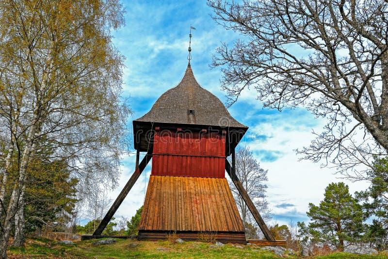Gammalt torn för kyrklig klocka av Sigtuna, Sverige royaltyfria bilder