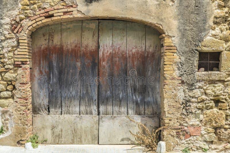 gammalt trä för dörr royaltyfria bilder