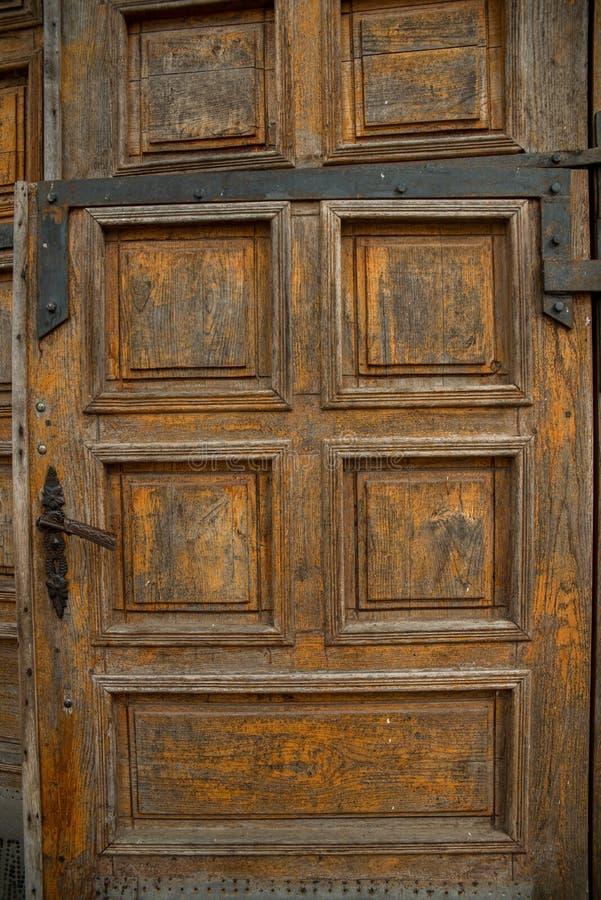 gammalt trä för dörr Knäckt sprucken målarfärg fönstret knäcktes royaltyfri foto